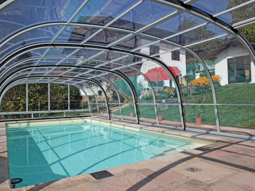 hohe Poolüberdachung